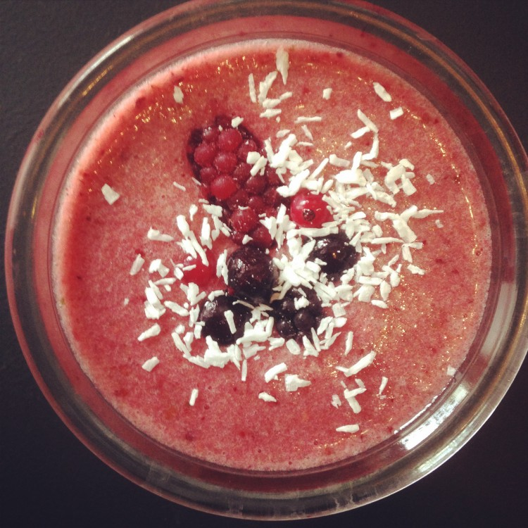 Berry & vanilla coconut smoothie, healthy smoothie reciper, coconut smoothie ingredients, energising smoothie
